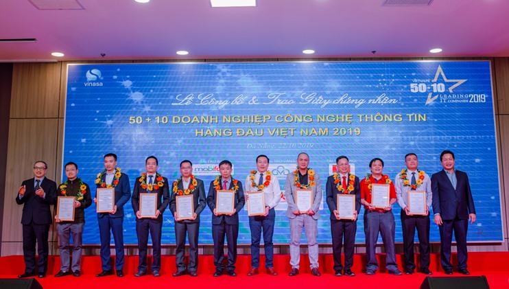 FSI lên nhận giải Top 10 doanh nghiệp có năng lực công nghệ 4.0 tiêu biểu (FSI đứng thứ 5 từ phải sang)
