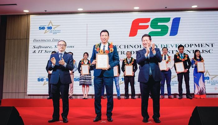 Ông Nguyễn Duy Lai – Phó TGĐ FSI lên nhận giải thưởng Top 50 doanh nghiệp CNTT hàng đầu Việt Nam 2019