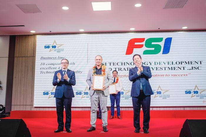 Ông Vũ Duy Linh - Phó Tổng giám đốc FSI lên nhận giải thưởng Top 10 doanh nghiệp có năng lực công nghệ 4.0 tiêu biểu